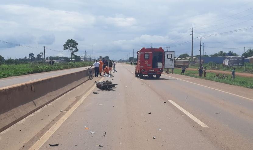 Manobra Proibida | Motociclista morre atropelado por táxi na BR 364 em Candeias do Jamari - Planeta Folha
