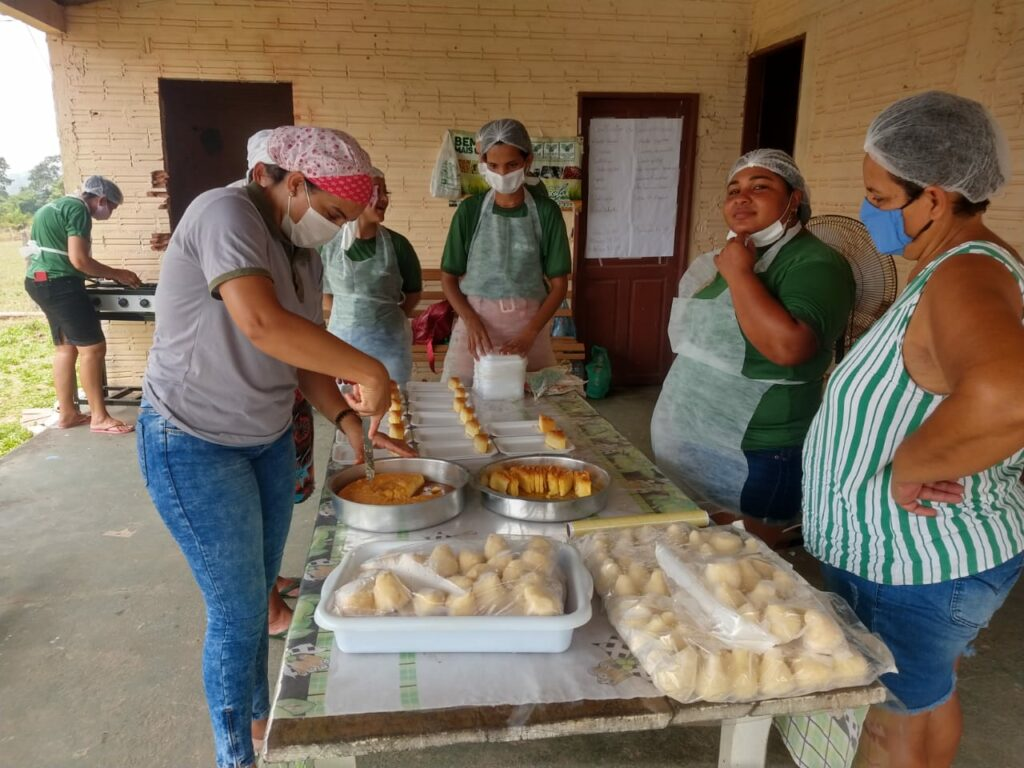 Mulheres aprendem mais de 40 receitas de culinárias a base da mandioca em Rolim de Moura 48